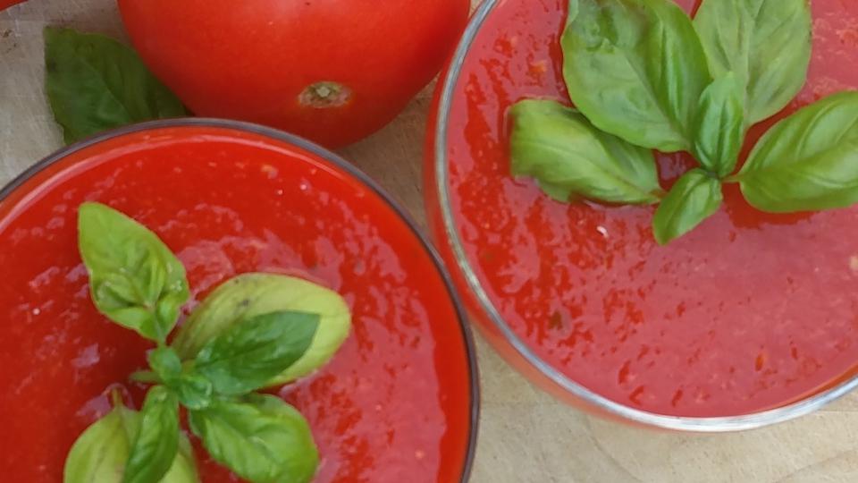 Koude gegrilde paprika-tomatensoep